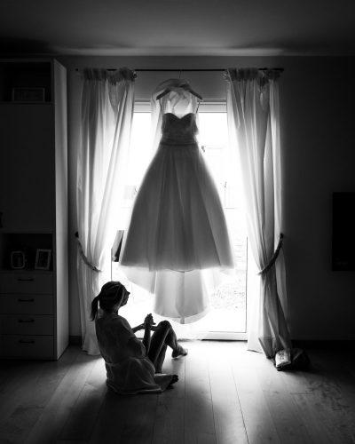 Sposa seduta davanti al vestito