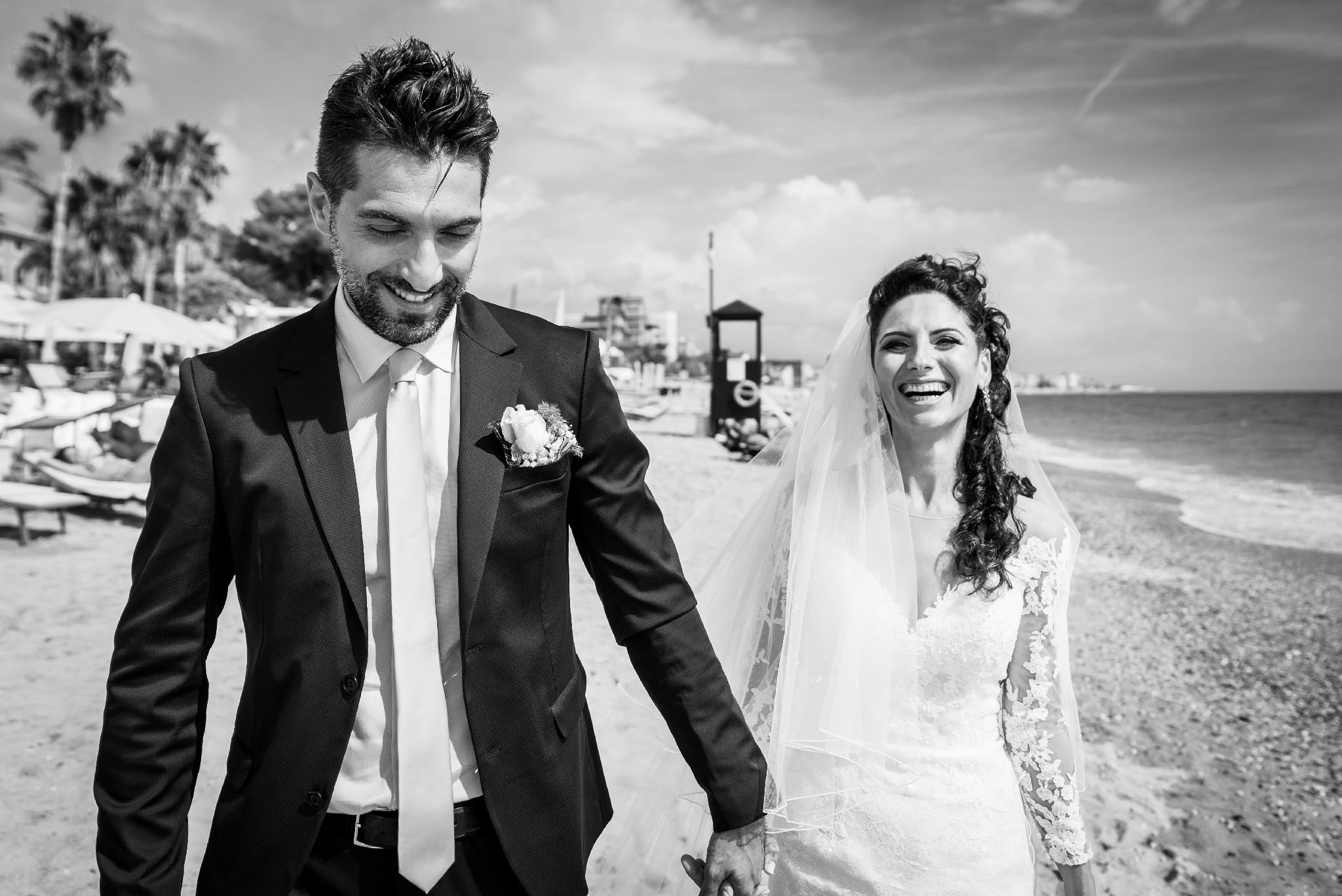 Passeggiata degli sposi in spiaggia