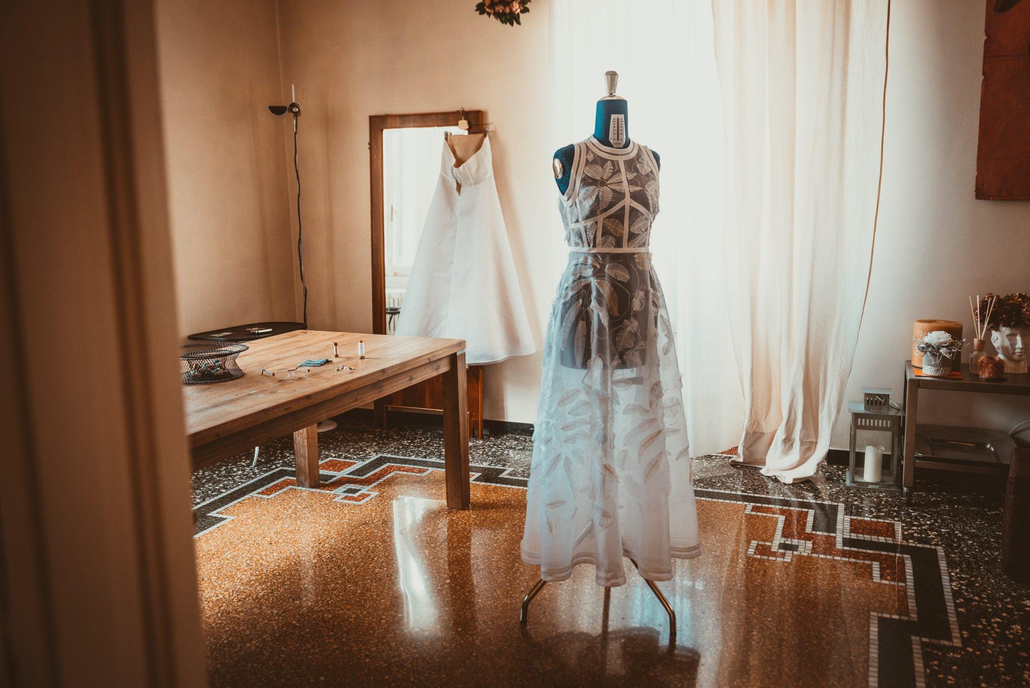 Preparazione vestito da sposa con piume